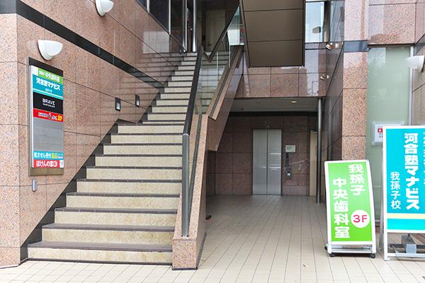 建物中央の奥にエレベータがあります